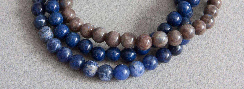 Kuten pukeutumisessa muutenkin, toisiaan täydentävät värit kuten sininen ja ruskea ovat suosittuja vaihtoehtoja yhdistelyyn.