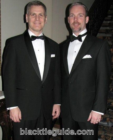 Kuva 1 : Kaksi smokkikokonaisuutta, vasemmalla rento ja oikealla muodollinen. Huomaatko miksi? (Kuva: Black Tie Guide)