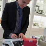 Tommi Wilund täyttämässä takuukorttia