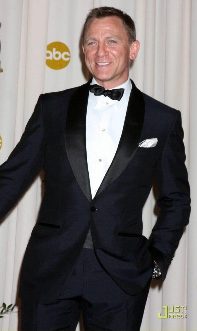 Kuva 4 : Daniel Craig vuoden 2009 Oscar-gaalassa. Yönsininen smokkitakki shaalikauluksella, yksinkertainen paita klassisella kauluksella, itsesolmittu solmuke ja sen kanssa yhteneväinen cummerbund. Etiketin ulkopuolelle mennään ainoastaan kuvioidun taskuliinan ja (sponsori)kellon kohdalla. (Kuva: Black Tie Guide)