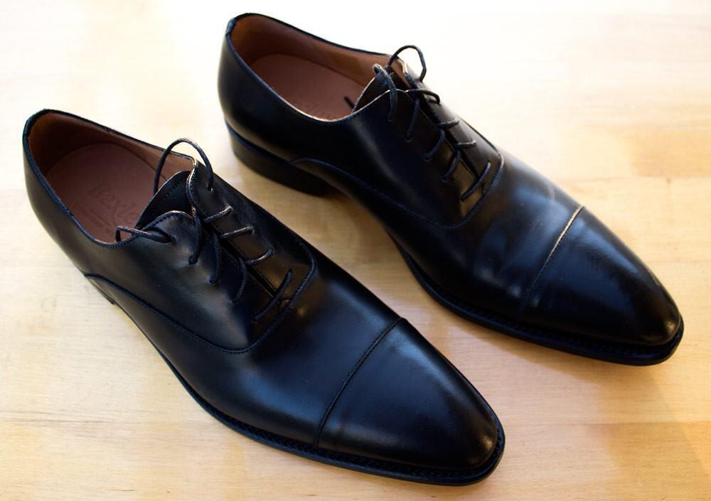 Bexleyn italialaistyyppiset cap-toe-oxfordit ovat hyvä valinta tumman puvun kaveriksi.
