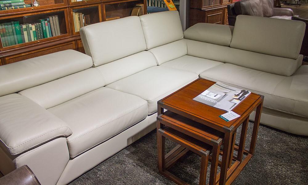 Like-sohva edustaa poikkeavaa designia. Taittuva selkänoja mahdollistaisi sohvan jäämisen ikkunakarmien alapuolelle.
