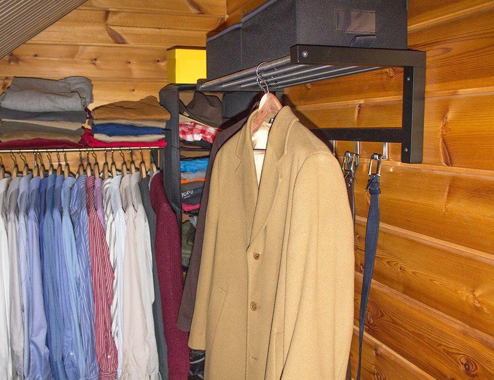 Vaatehuoneen oikealle seinälle sijoitin päällystakit ja hattuhyllylle lokeroihin solmiot, taskuliinat jne. Hattuhyllyn koukkuihin laitoin roikkumaan vyöt.