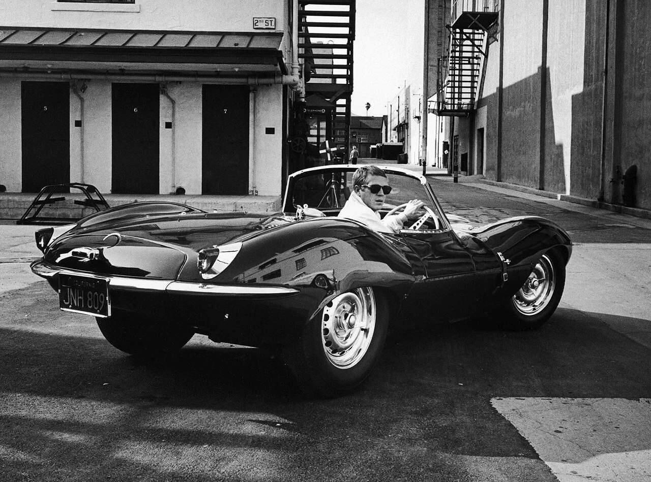 Steve McQueen ja Jaguar XKSS, harvinainen katukesytetty kilpa-auto. Kuva: LIFE magazine