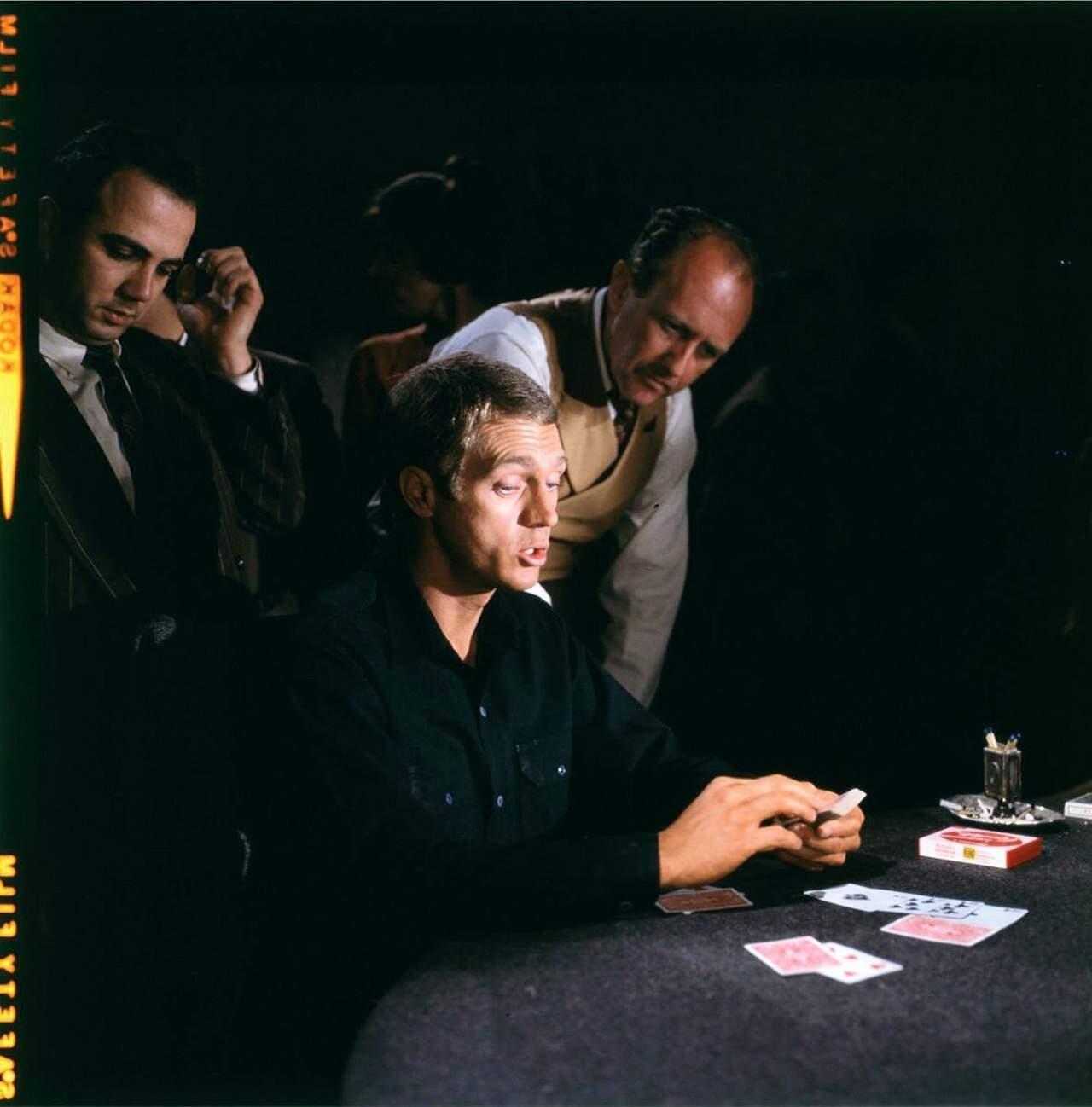 Yleisesti tyylivirheenä pidetty musta paita voi sopia vaikkapa korttihaille. Kuva: Warner Bros.
