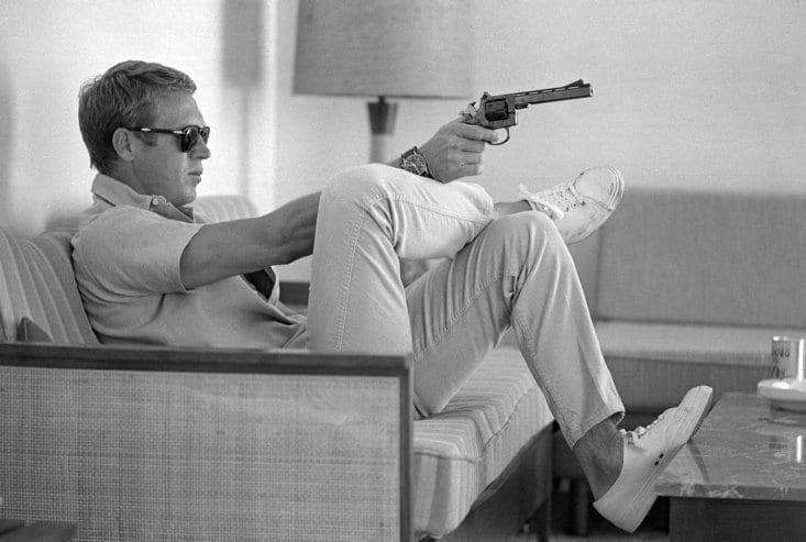Persol 714 -lasit, rento paita, kapeat housut, yksinkertaiset tennistossut ja...tuliase. American casual! Kuva: LIFE magazine