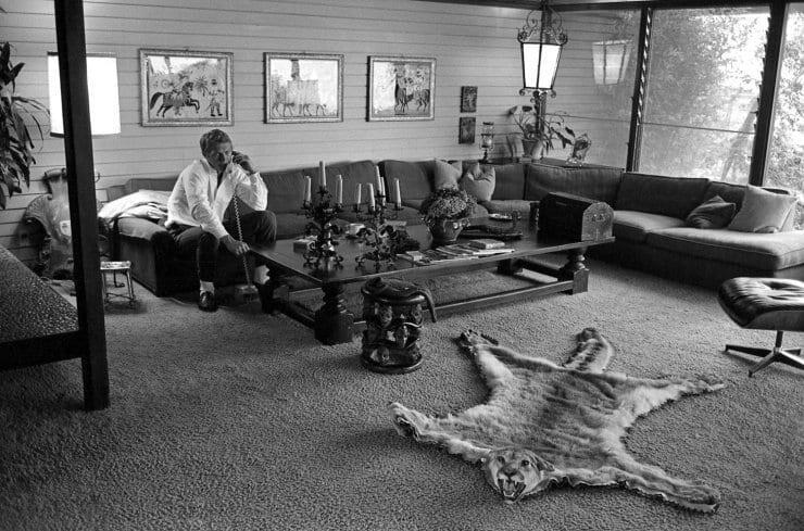 Steve McQueen viihtyi perimiehekkään sisustuksen keskellä. Kuva: LIFE magazine