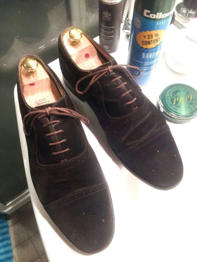 Puhdas ja uudistunut kenkäpari huollon jälkeen.