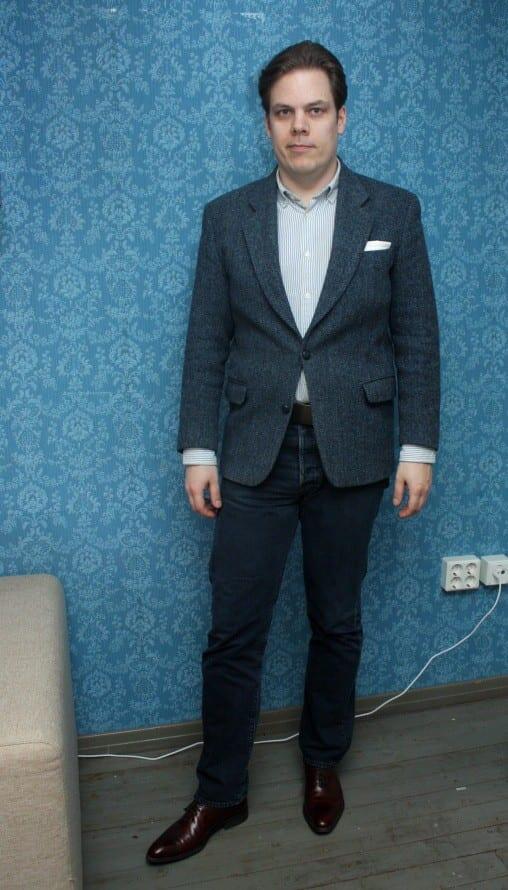Sininen yhdistelmä. Sininen tweedtakki yhdistettynä farkkuihin ja siniraidalliseen nappikauluspaitaan (ocbd). Kenkinä tummanruskeat oxfordit. Farkut, ocbd ja vyö: H&M - Kengät: Berwick - Taskuliina: Herrainpukimo