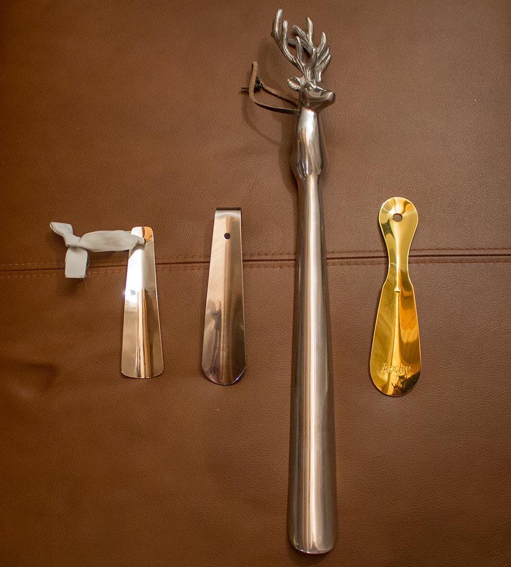 Kenkälusikoita on siunaantunut lukuisia, kaikki metallisia. Peuranpäinen kenkälusikka tervehtii eteisen naulakossa.