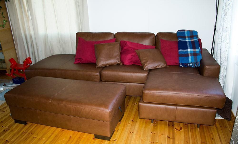 Sohva löysi paikkansa olohuoneesta.