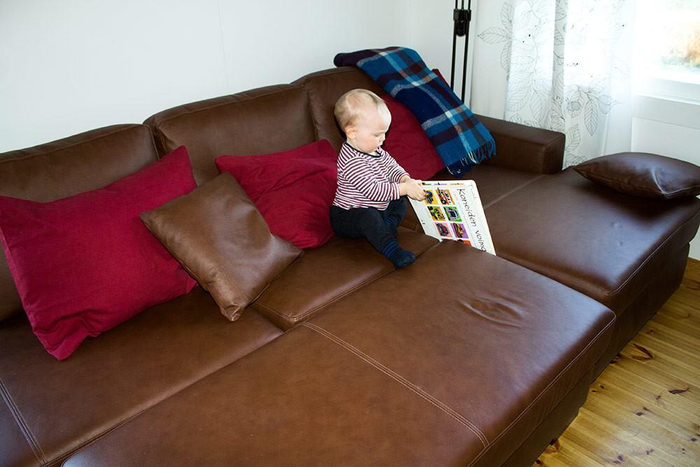 Rahi kasvattaa sohvan käyttömukavuutta merkittävästi, kun siihen mahtuu tarvittaessa löhöilemään koko perhe - pienestä pojasta puhumattakaan.