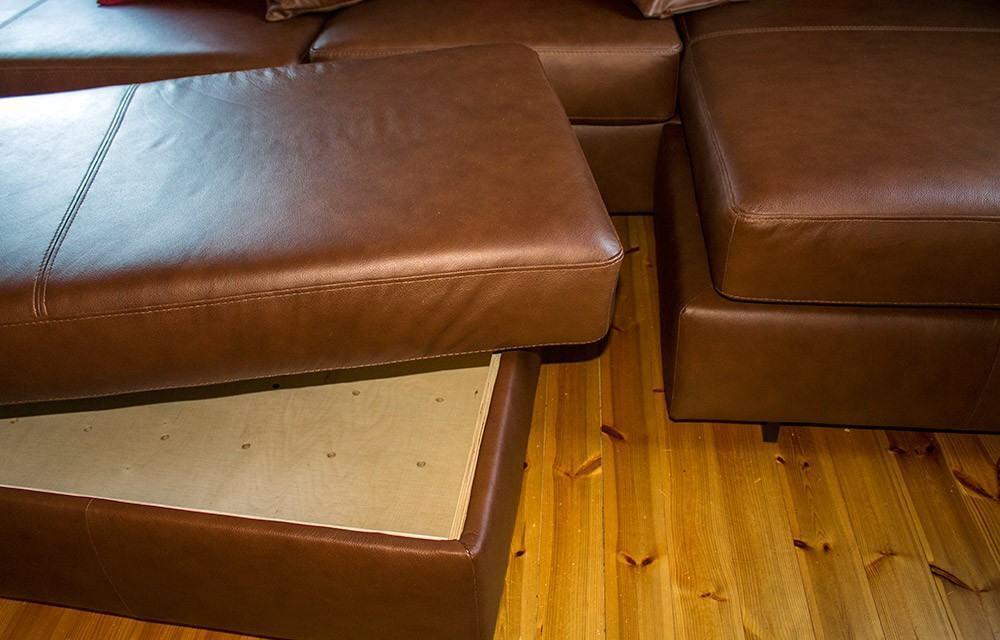 Rahin sisälle mahtuu runsaasti tavaraa. Rahin päällyspatjan alapuolelle on tarrateipeillä kiinnitetty rahin kokoinen puulevy, jolla rahin saa muutettua vaikka tarjoilupöydäksi.