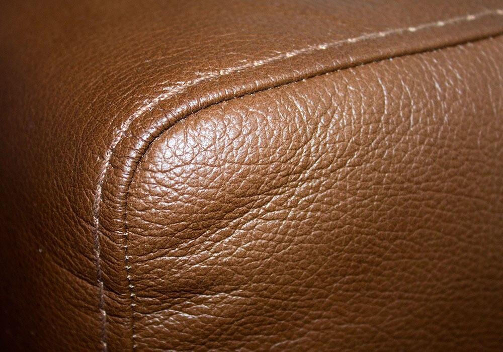 Sohvan nahka on miellyttävän tuntuista ja näköistä, sopivan sävyisää.