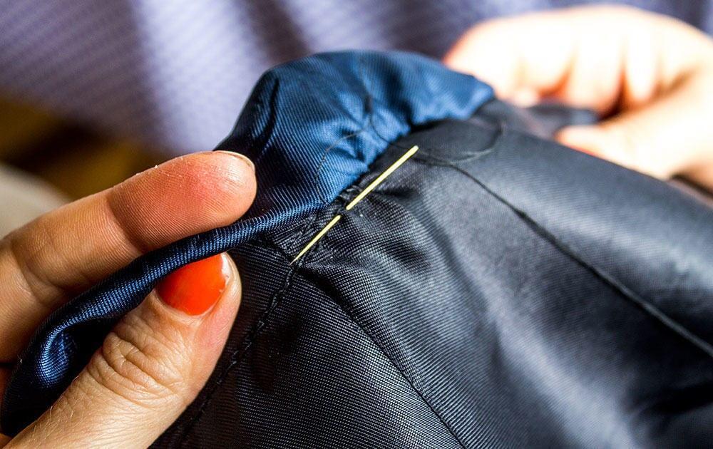 Viimeisenä ompelutyönä neulottiin hihavuori paikoilleen.