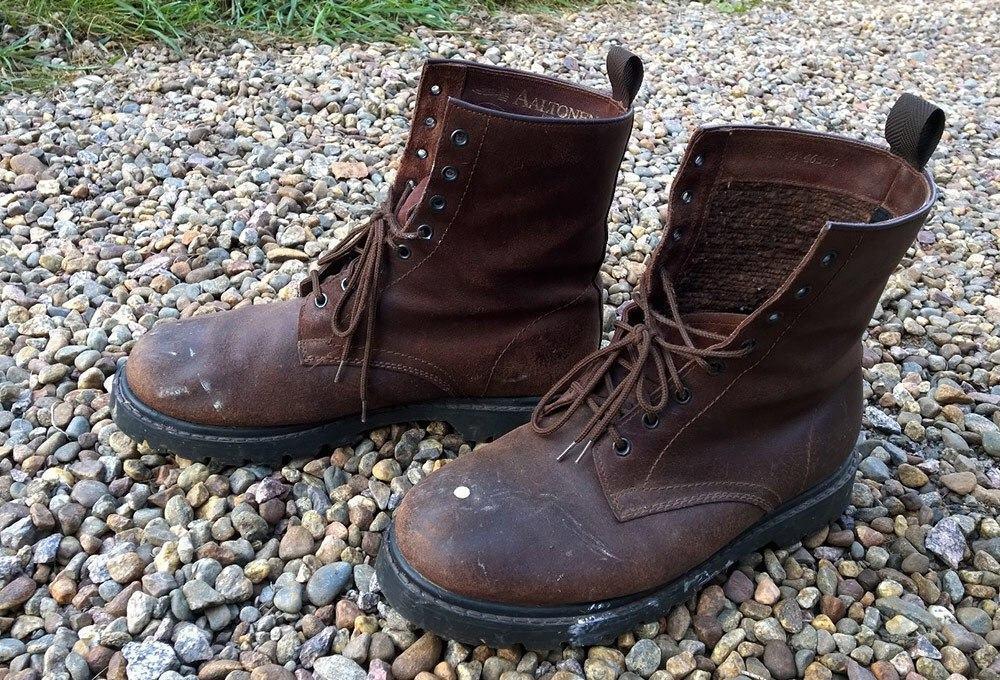 Neljän vuosikymmenen jälkeen kengät ovat edelleen hyvässä käyttökunnossa, mutta huollon tarpeessa.