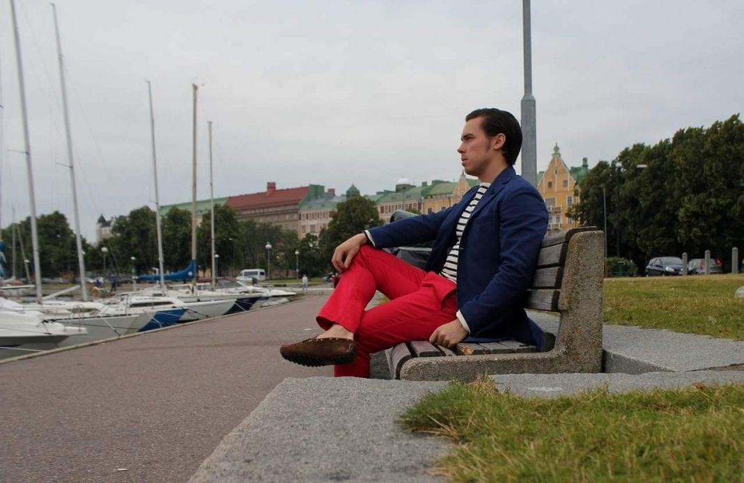 DressLikeA-blogin Atte näyttää miten hyvin istuvalla ja hillityllä kokonaisuudella punaiset chinot saadaan toimimaan.
