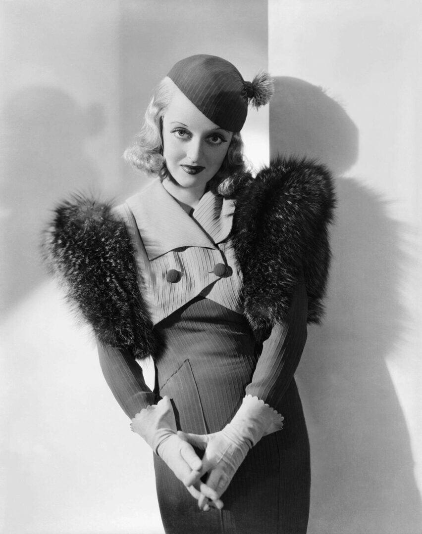 30-luvulla vyötäröä ja hartioita korostettiin voimakkaasti.