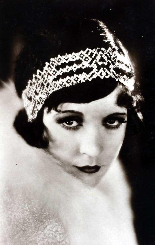 Vahva silmämeikki ja huulipuna sekä hiuskorut leimasivat 20-luvun juhlatyyliä.