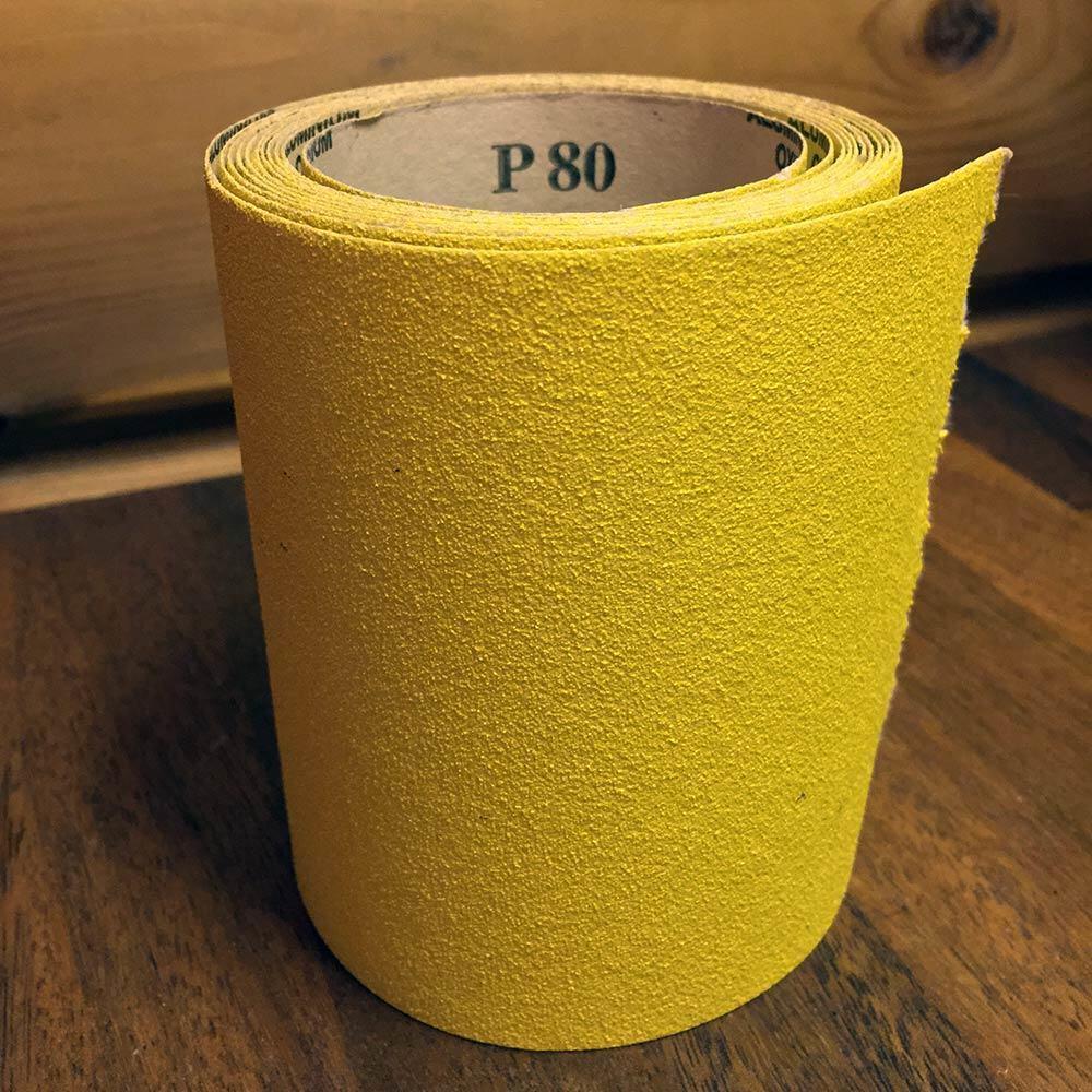 Karkealla hiomapaperilla saa lakkapinnan pois ja lisäkitkaa housupuuhun.