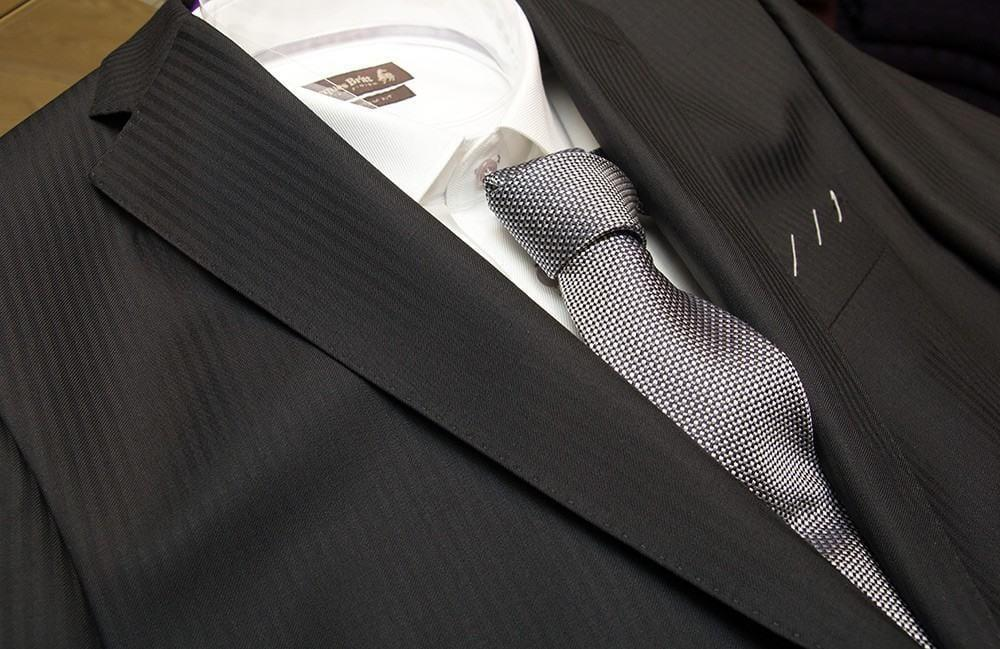 Puku 549 €, kauluspaita 99,90 € ja solmio 39,90 €.