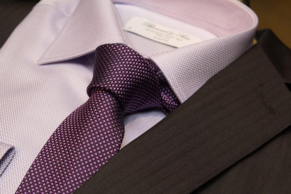 Puku 599,99 €, kauluspaita 89,90 € ja solmio 39,90 €.