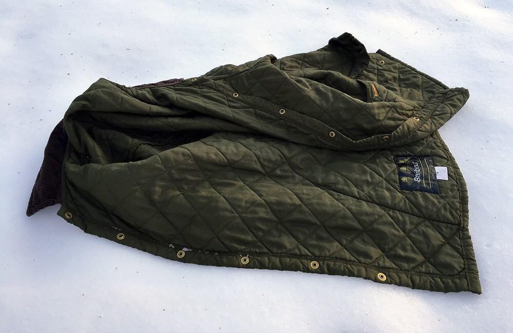 Käytettynä hankittu Barbourin tikkitakki raikastui lumipesulla.