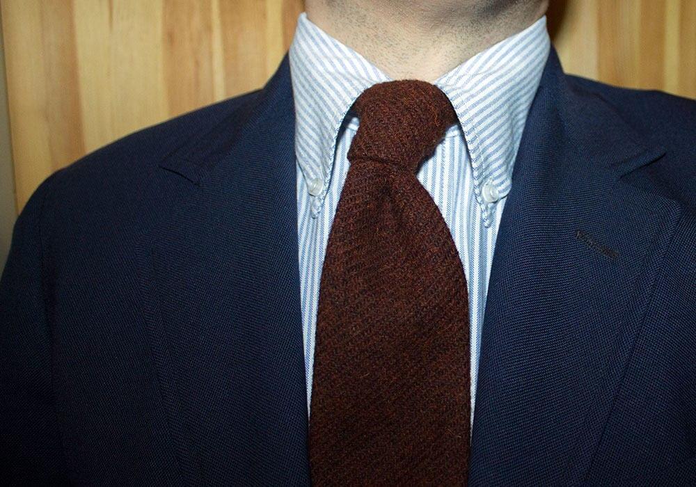 Lean Garmentsin nappikauluspaidan kaulus rullaa kauniisti myös solmion kanssa.