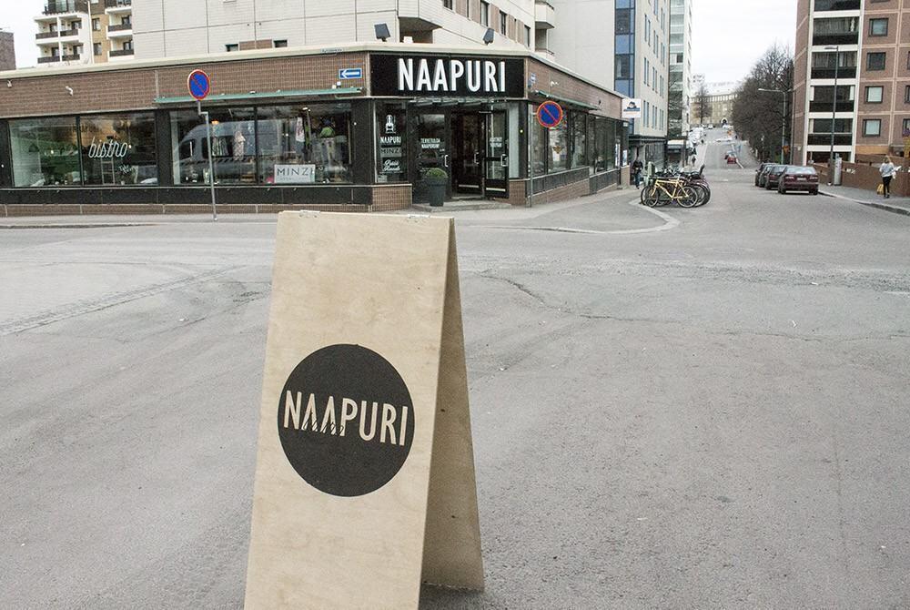 Bistro Naapuri löytyy Stockmannin kulmalta, Kyttälänkadun ja Tuomiokirkonkadun kulmasta.