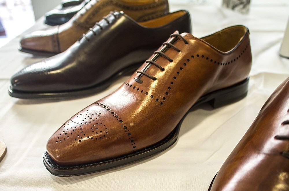 Italigenten kauniisti muotoillut kengät valmistetaan Italiassa.