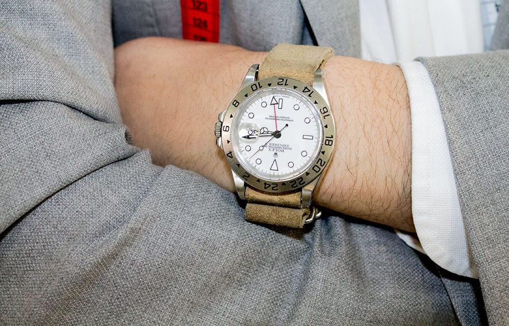 Saman Amel oli viimeistellyt pukeutumisensa tyylikkäällä valkotauluisella Rolex Explorerilla.