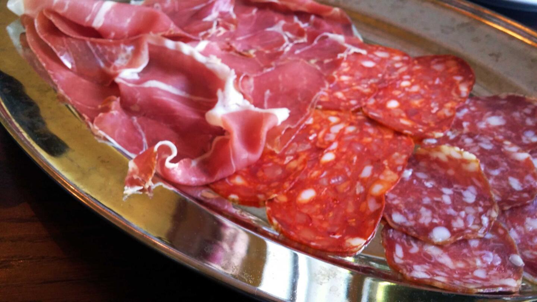 Lihaisan maistelumenun alkupaloina oli mm. juustoja sekä suussa sulavia leikkeleitä