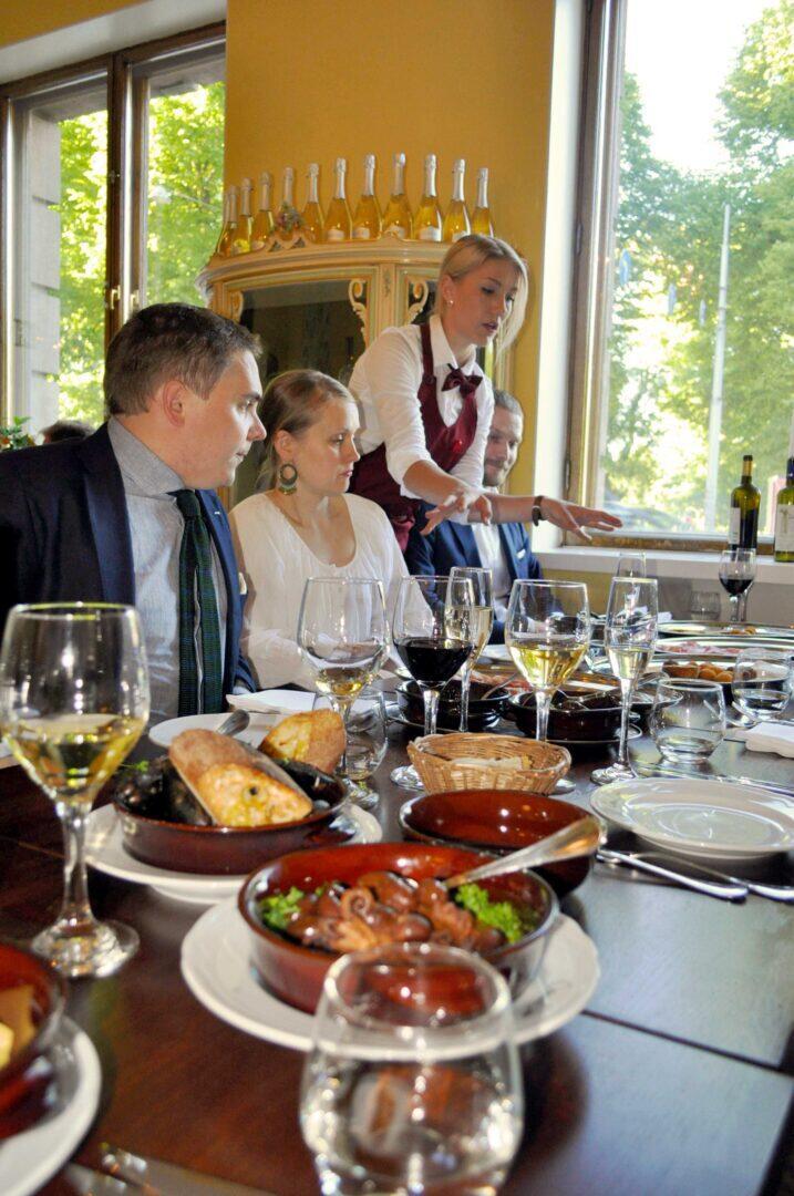 Pöytä täyttyi ruoista ja juomista jo alkupalakattauksen aikana.