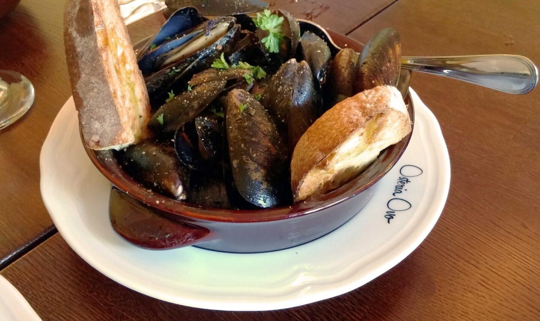 Viinissä keitetyt sinisimpukat ovat välttämätön osa merellistä menua.