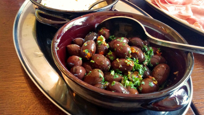 Lämpimät maustetut oliivit sekä täyteläinen hummus toimivat ruokahalun herättäjänä.