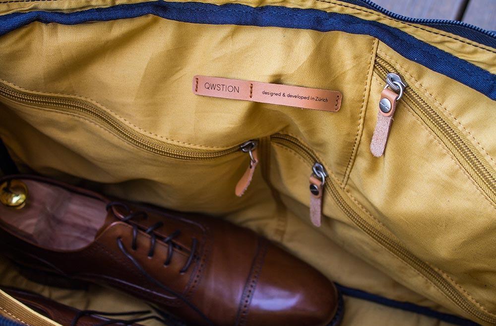 QWSTION Weekenderissä on kolme eri kokoista vetoketjutaskua pientarvikkeille. Laukun pohjalle mahtuvat myös kengät, joten mitoitus on kohdallaan.