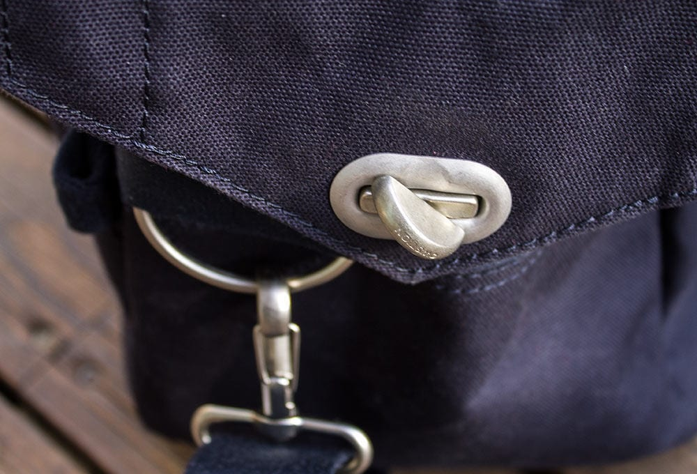 Laukkukannen päässä on näppärä pikalukitus, joka estää laukun tahattoman aukeamisen. Vesipullon paikka on loogisesti liittimen puoleisessa päässä.
