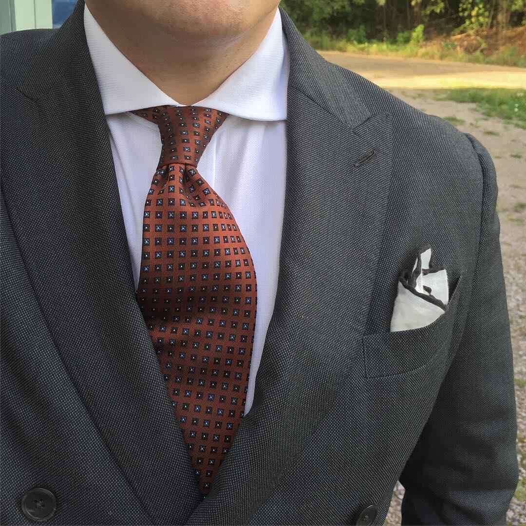 Harmaan-sinisen-ruskean-liitto-solmio-taskuliina