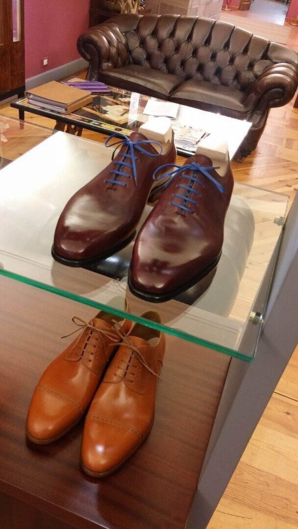 Kengät pääsevät upeasti esille tyylikkäässä ateljeessa.