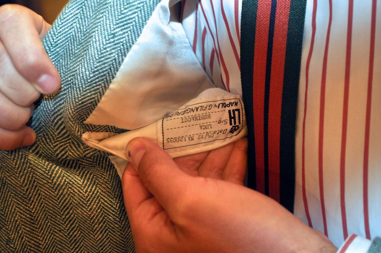 Taskun sisältä löytyy ainoa todiste puvun valmistajasta.