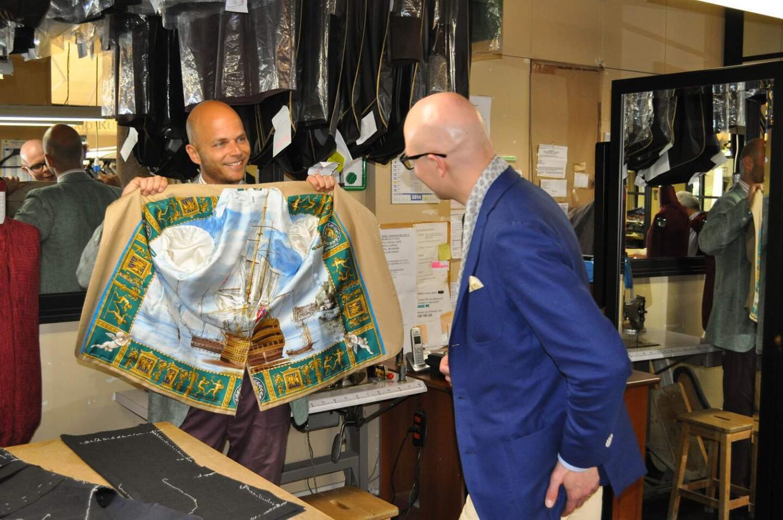 Rubinacci esittelee talon erästä tunnusmerkkiä, Rubinaccin upeasta silkkihuivista tehtyä takin sisävuoria.