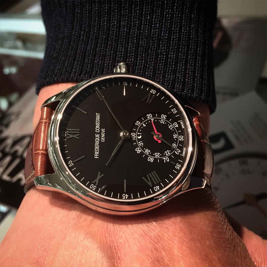 Pirkan Kellon valikoimissa on mm. mustatauluinen teräskuorinen Smartwatch ruskealla nahkarannekkeella.