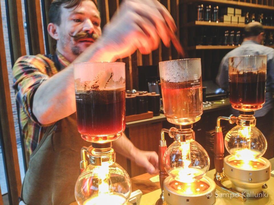 Starbucks Reserve Roastery & Tasting Roomin Sean työnsä äärellä.