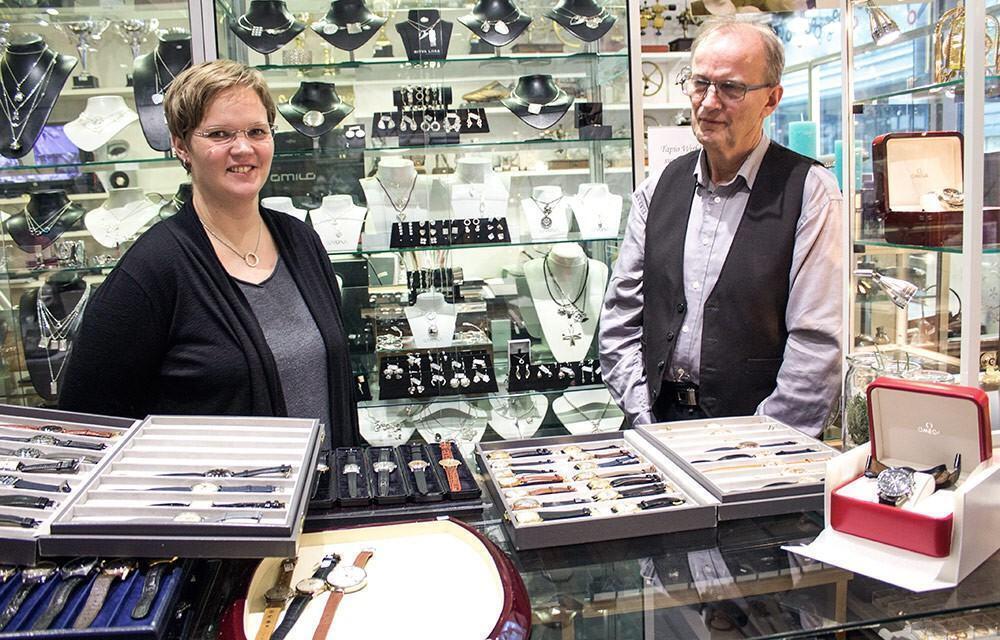 Jenni Pietarila ja Juhani Pietarila vintage-kellojen äärellä.