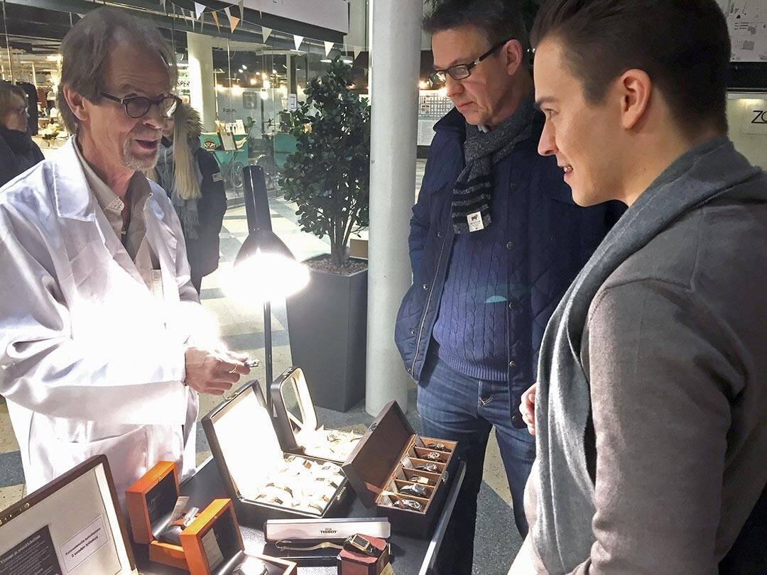 Ville Pietilä esittelemässä Universal Geneve -kelloa tyylitietoiselle ostajalle.