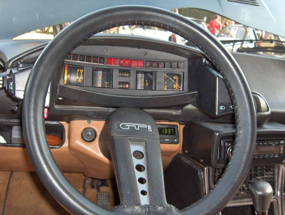 Citroen CX series 1 avaruusmittaristo oli merkille tyypilliseen tapaan kaikkea muuta kuin tavanomainen. Yksipuolainen ohjauspyörä, palauttamaton vilkku ja erikoinen jarrutuntuma jakoivat asiakaskuntaa. Kylmäksi ei jäänyt kukaan! KUVA: Wikimedia commons