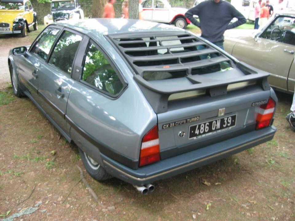 Tuoreempi Series 2 muovipuskuri 80-luvulta. Auto on kutakuinkin samanlainen kuin omani mukaanlukien kasarityylinen takalasin ristikko. Katkaistu pisaramuoto eli ns. kamm-perä välittyy hyvin takaviistosta otetuista kuvista. CX oli aikanaan erittäin aerodynaaminen auto. KUVA: Wikimedia commons