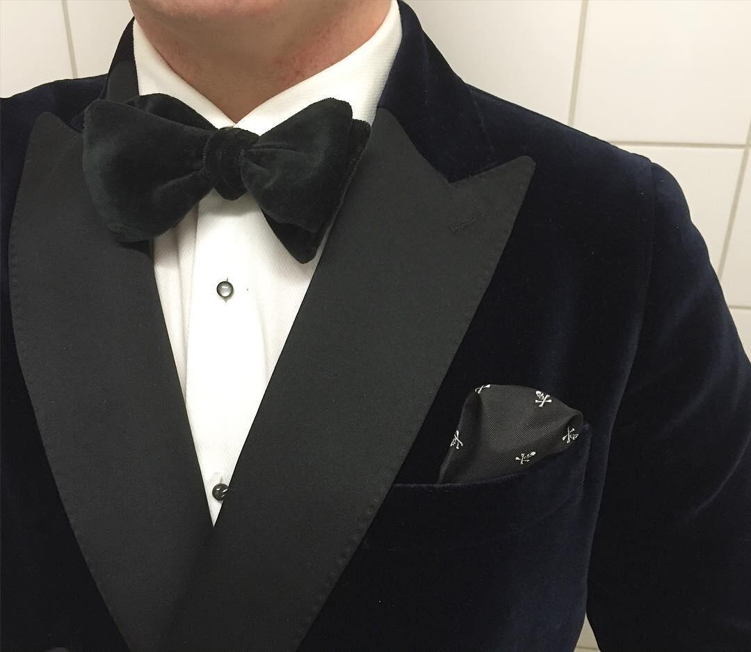 Uuden myymälän avajaisiin pukeuduin luonnollisesti Herrainpukimon samettiseen mittatilaussmokkiin, mittapaitaan, taskuliinaan ja Herrainpukimon pääsuunnittelija Jussi Häkkisen minulle vartavasten käsintekemään samettisolmukkeeseen.