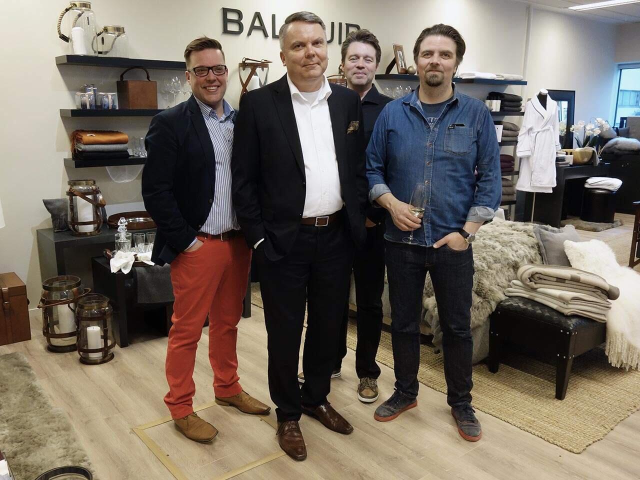Julkistamistilaisuudessa Joona Vuorenpään (edessä) toiveiden mukaan suunnitteleman kellon osti mm. kelloseppä Stepan Sarpaneva (oikealla). Kellon myynnistä vastaa Kiviaika Oy:n yrittäjä Jussi Kivistö (vasemmalla).