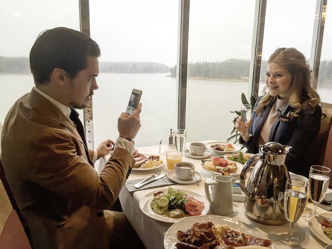 Suomen tyylikkäin mies, DressLikeA-bloggari Atte Rytkönen avovaimonsa Malinin kanssa aamiaisella.